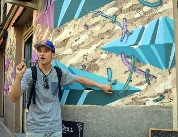 Explicación realizada durante el tour de arte urbano en Lavapies