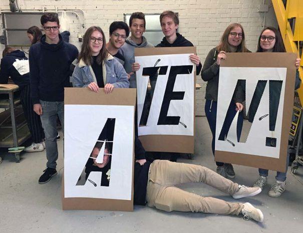 Estudiantes participando en el taller de graffiti