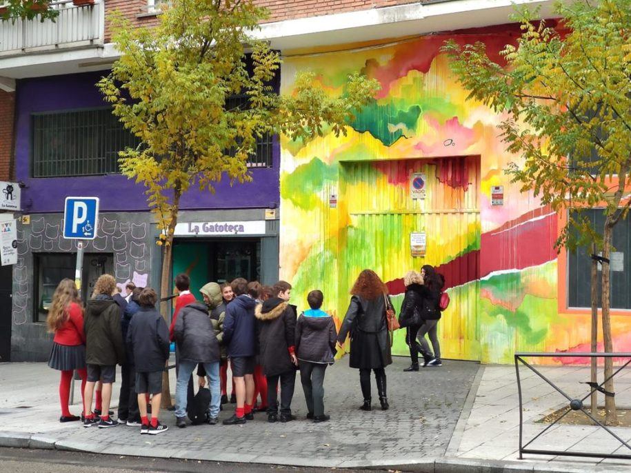Explicación durante el tour de arte urbano
