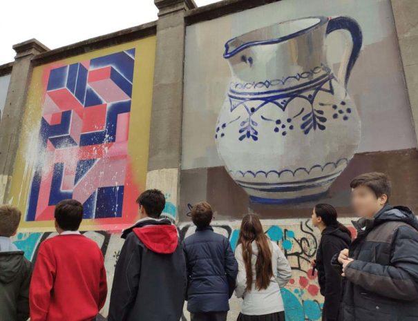 Grupo de estudiantes a su paso por los Muros de Tabacalera