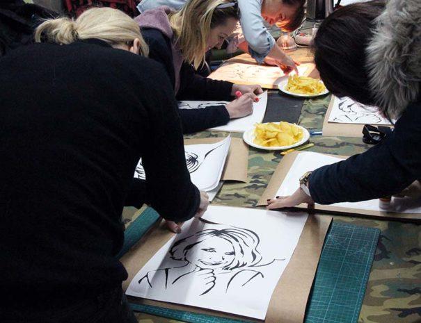amigas disfrutando de un taller artístico