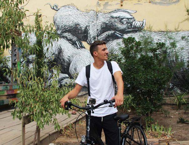 Javier, líder del tour de arte urbano en bici por Madrid