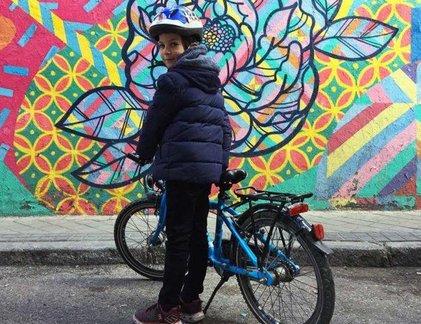Los menores también son bienvenidos en el tour de arte urbano en bici por Madrid