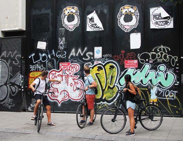 participantes del tour de arte urbano en bici por Madrid