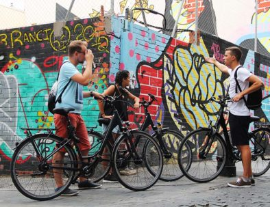 Explicación realizada durante el tour de arte urbano en bici por Madrid