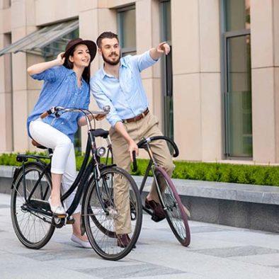 Felipe y su pareja disfrutando de un tour de arte urbano en bici por Madrid