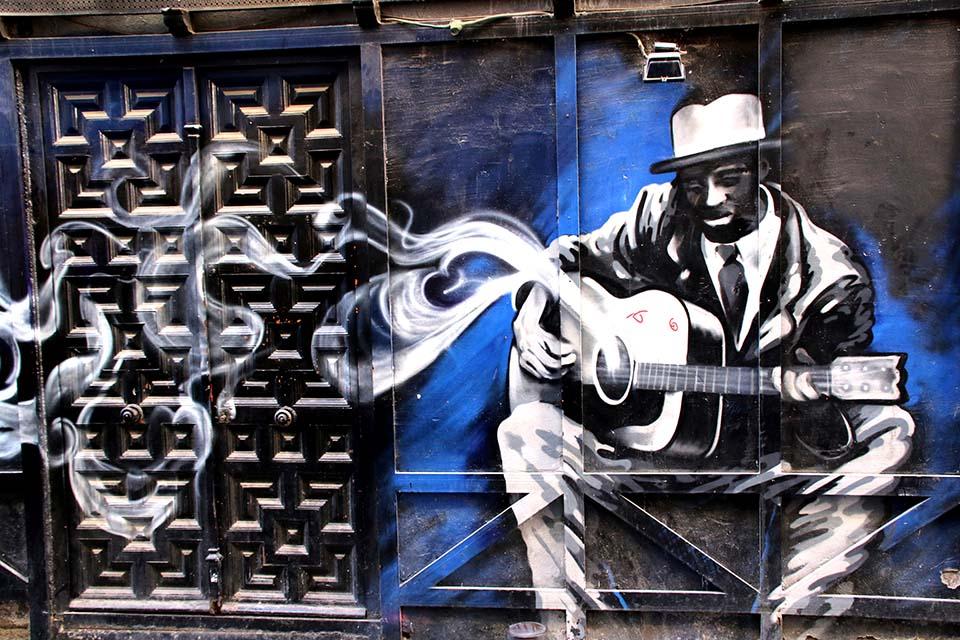 Graffiti realizado en la puerta de un establecimiento