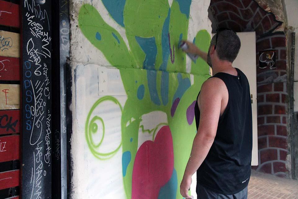 participante en un taller de arte urbano en Madrid