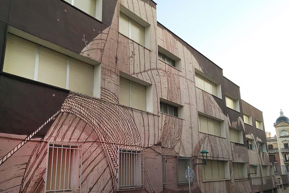 Fachada decorada con arte urbano en Tarragona