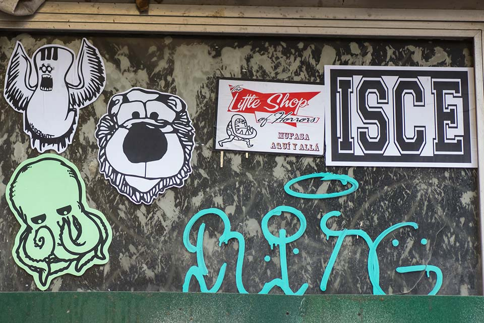 pegatinas observadas en los sitios con graffitis en Madrid
