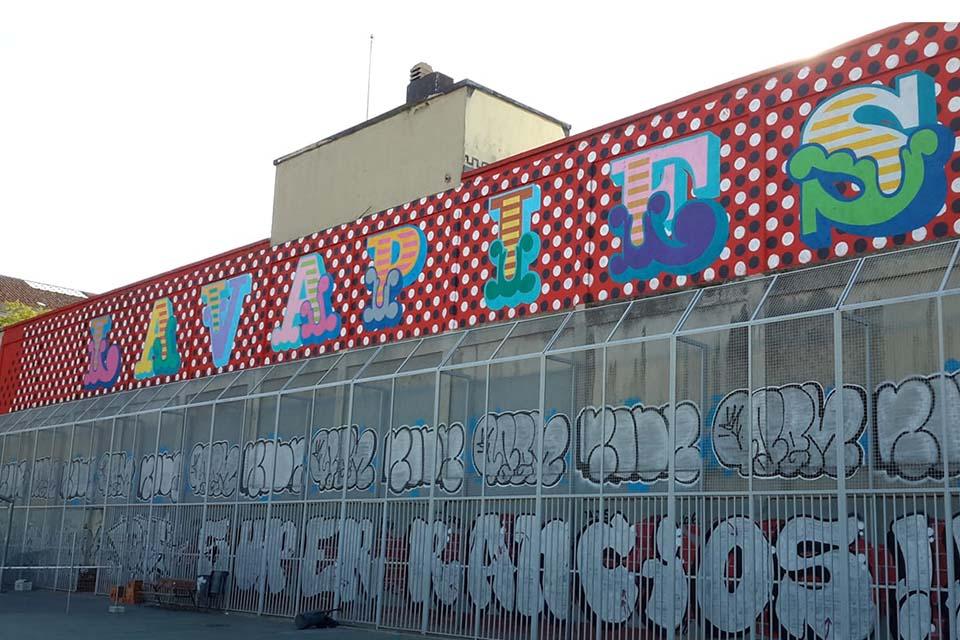 tour de graffiti en frente del parque casino de la reina