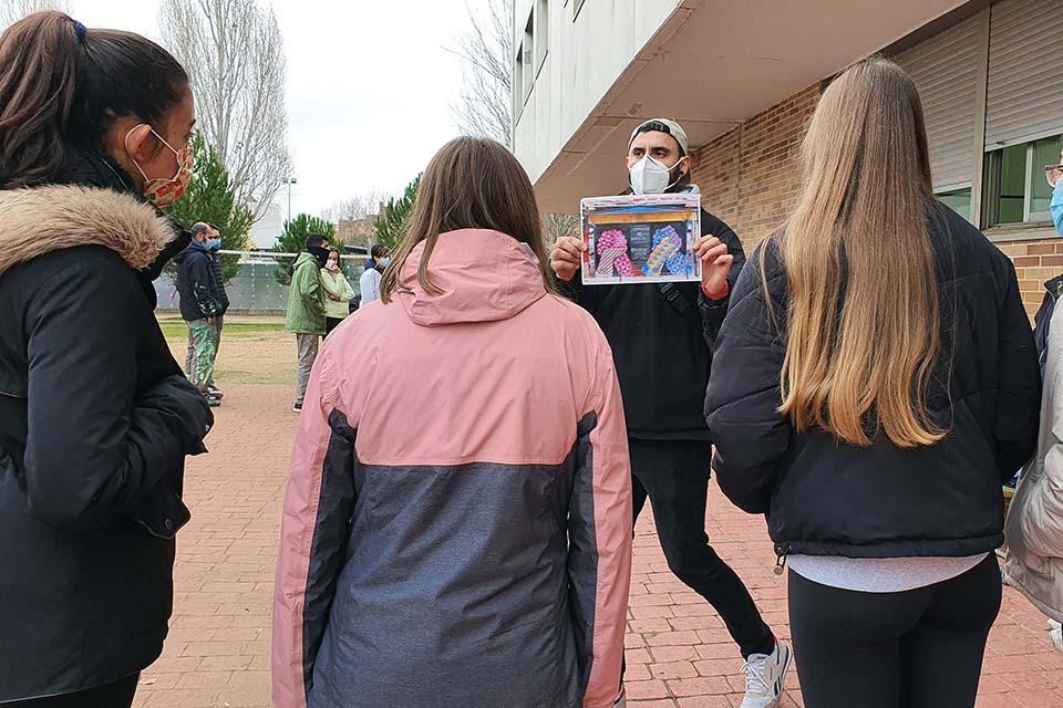 explicación durante el taller de arte para colegios en Madrid