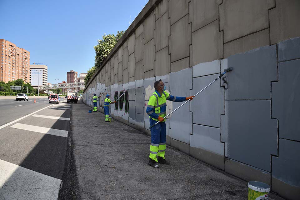 operarios municipales limpiando graffitis