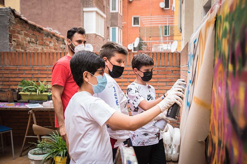 participantes de 13 años mientras pintan