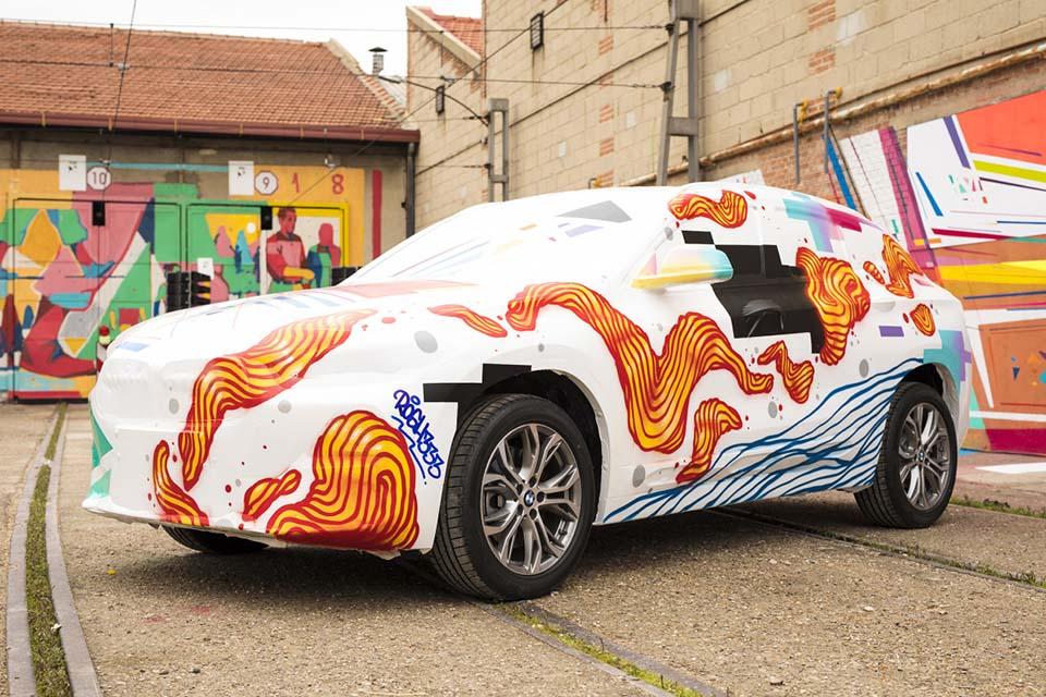 decoración de un graffiti publicitario en España con marcas de coche