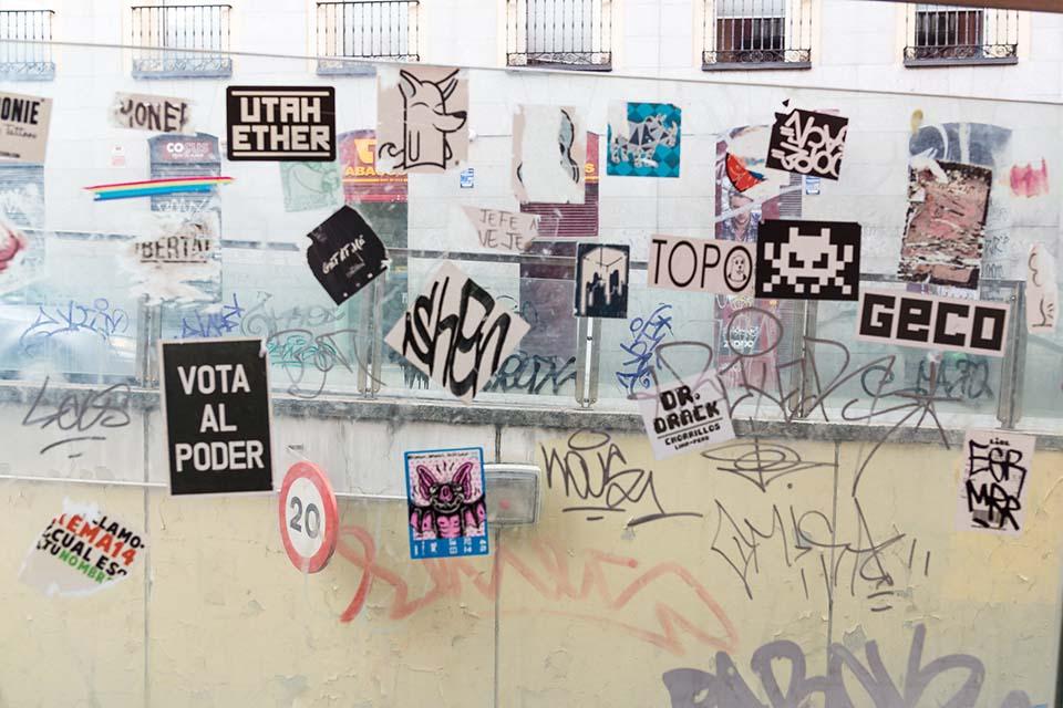 pegatas en los cristales de Madrid