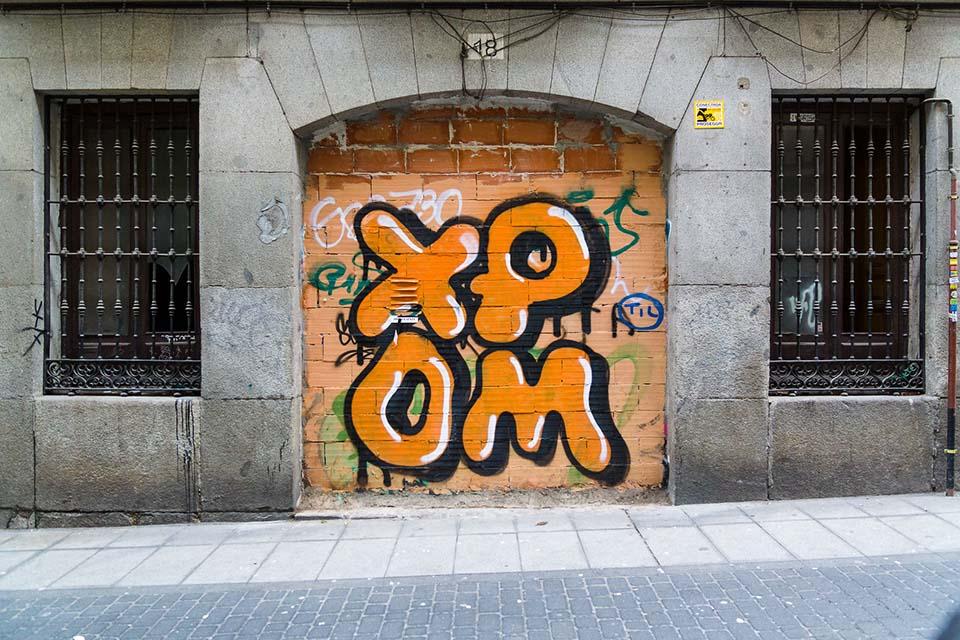 graffiti a tres colores sobre ladrillo