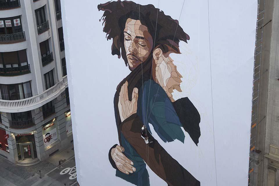artista taquen pintando en la gran via, madrid