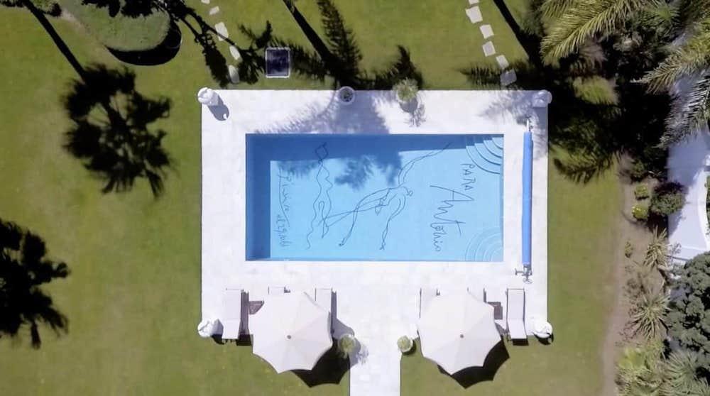 piscina decorada por Pablo Picasso