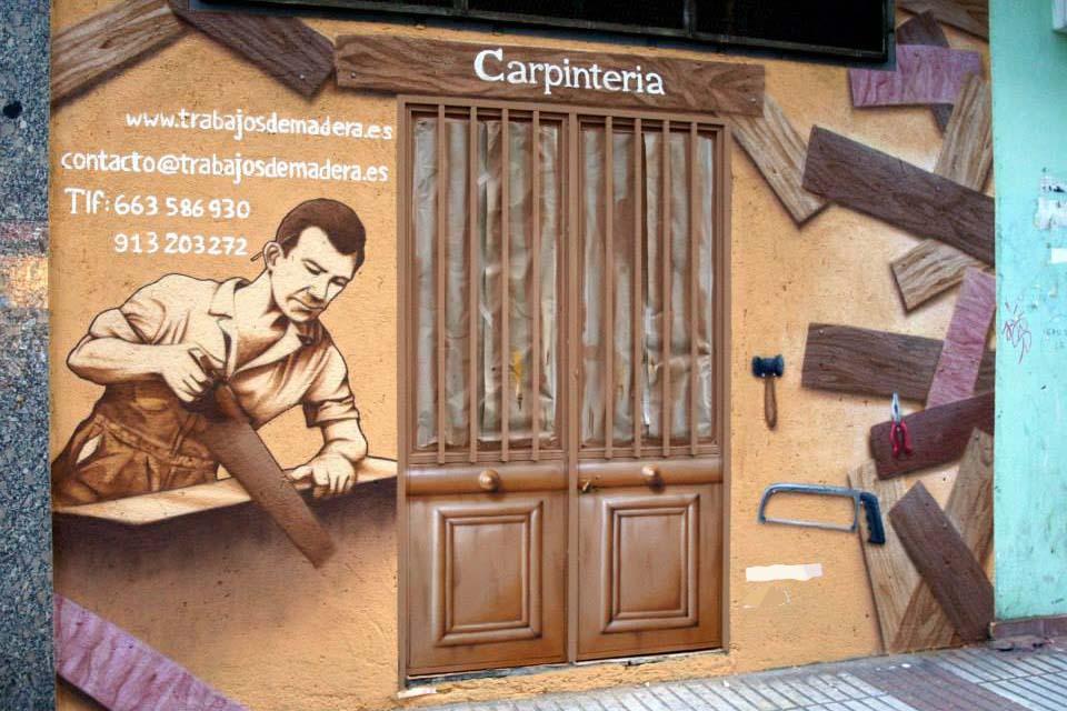 pared de una carpinteria decorada con pintura en spray
