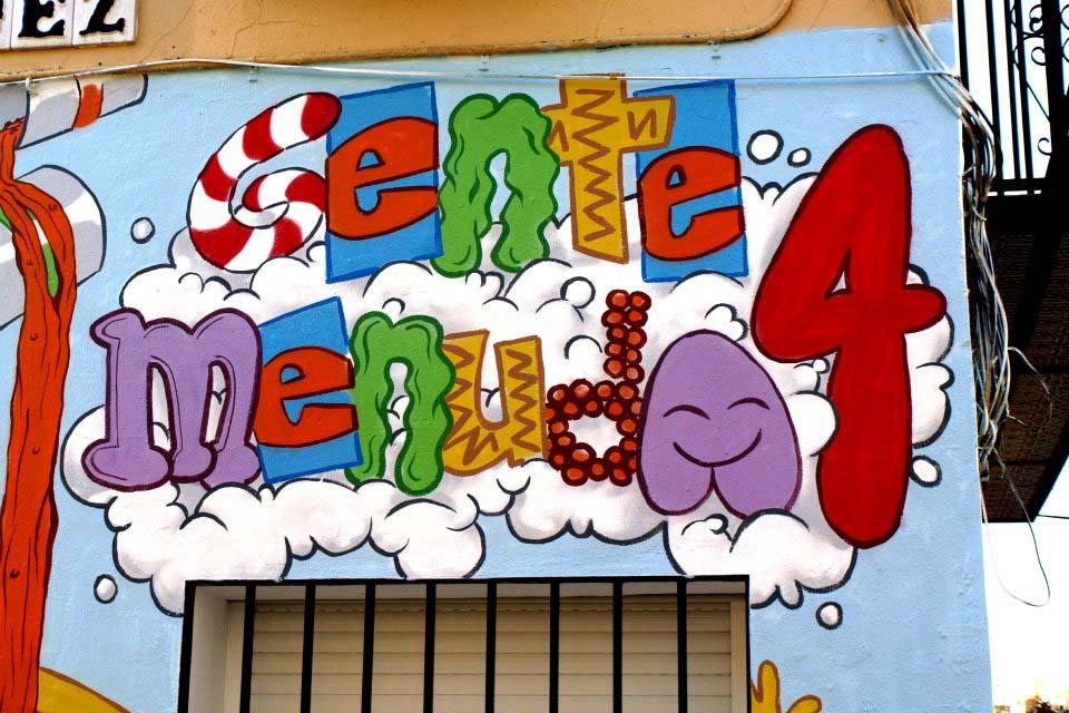 graffiti con tipografía infantil. Vista de los murales en paredes exteriores