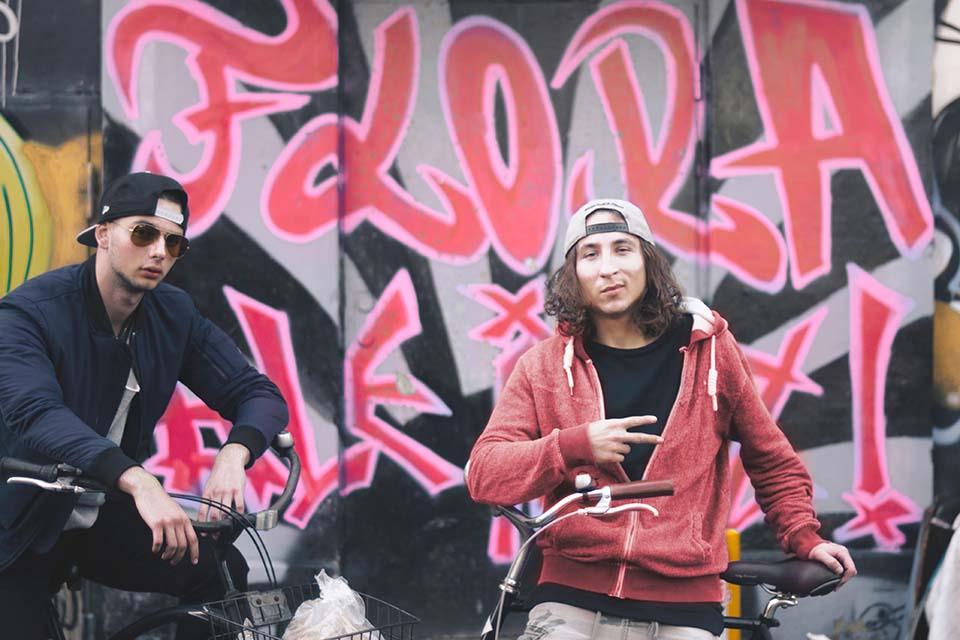 fotografía de dos participantes en el tour cultural por Madrid