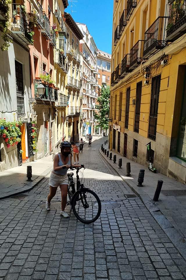 participante en el tour guiado en bici por los murales de Madrid